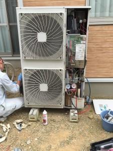 冷媒を配管から取り除きます。